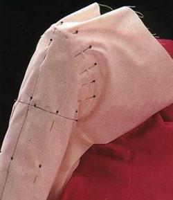 Поместите окат рукава на игольную подушечку