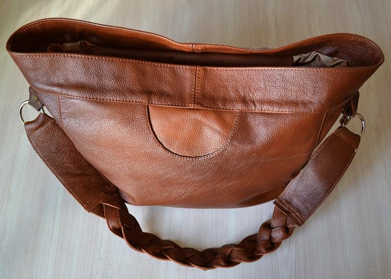 Вид лицевой стороны сумки из кожи