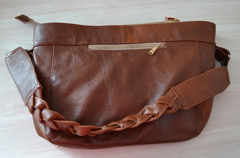 Вид обратной стороны сумки из кожи