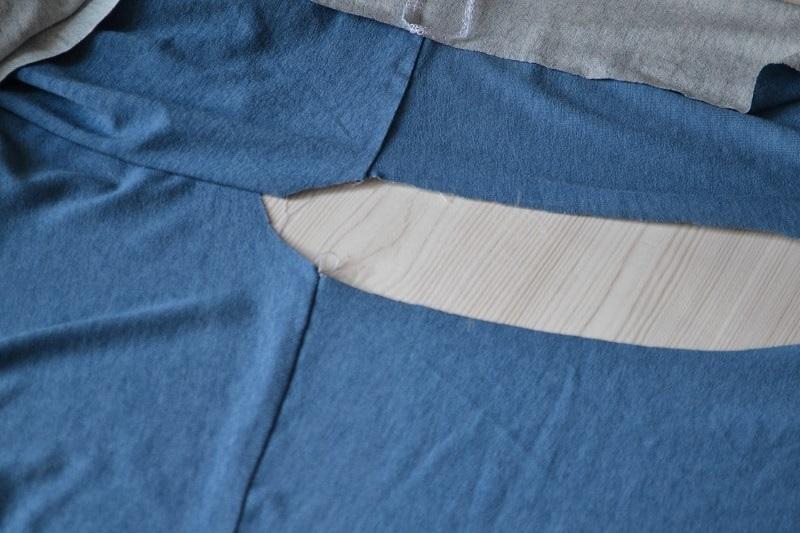 Как сшить женскую футболку из трикотажа, шаг 10