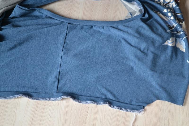 Как сшить женскую футболку из трикотажа, шаг 16