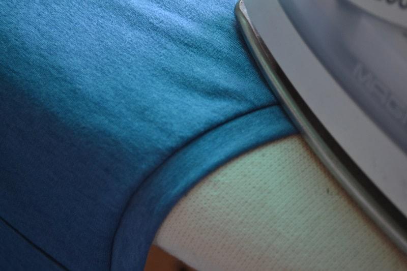 Как сшить женскую футболку из трикотажа, шаг 17