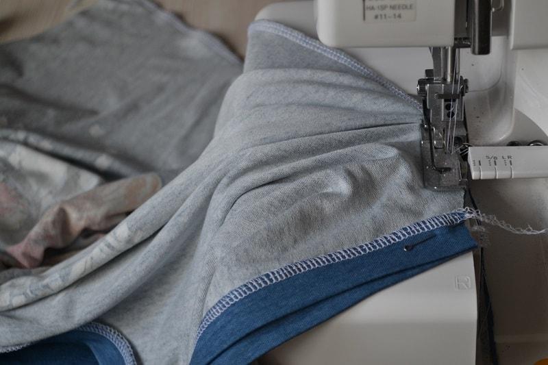 Как сшить женскую футболку из трикотажа, шаг 21