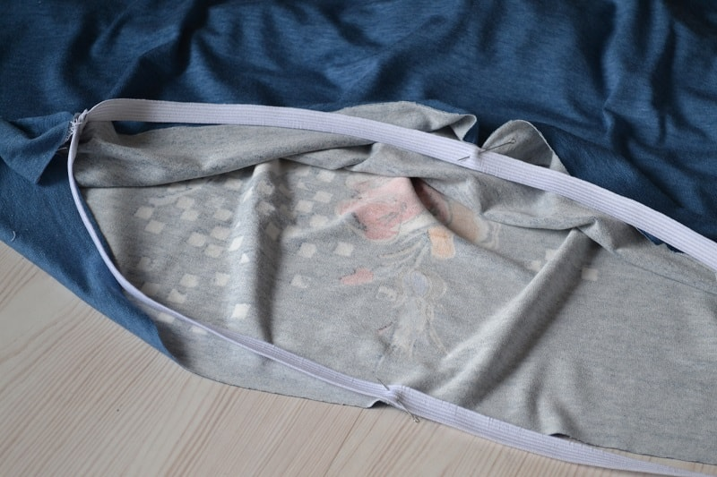Как сшить женскую футболку из трикотажа, шаг 25