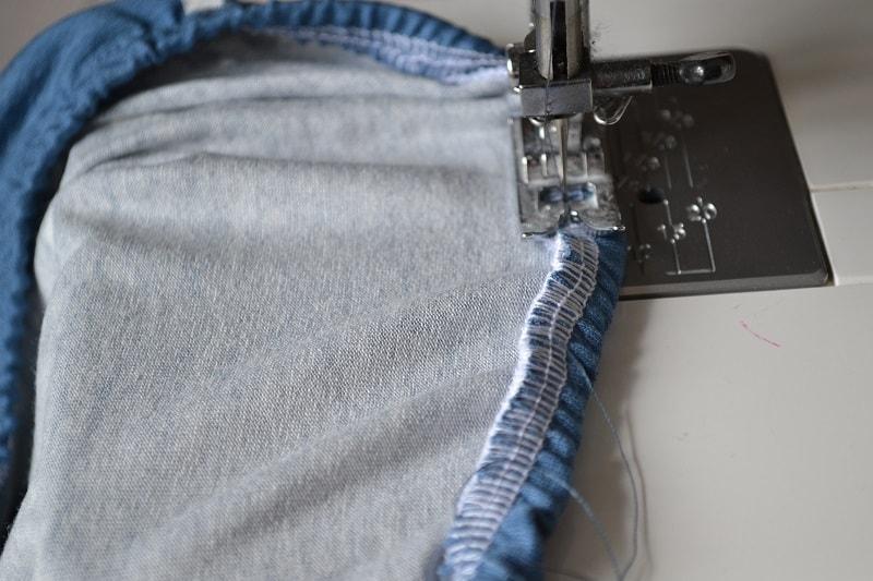 Как сшить женскую футболку из трикотажа, шаг 27