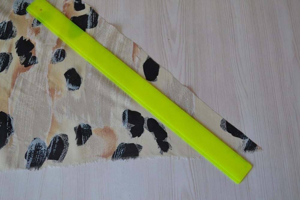 Обработка горловины и проймы платья косой бейкой, шаг 1