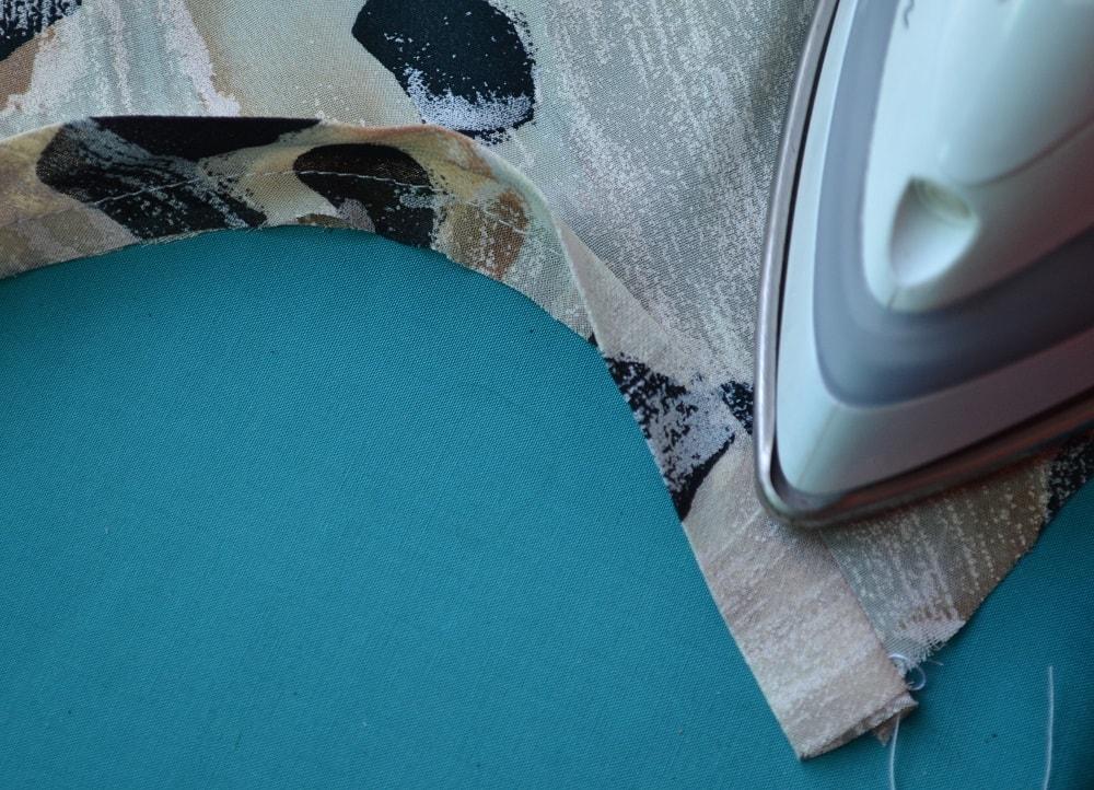 Обработка горловины и проймы платья косой бейкой, шаг 10
