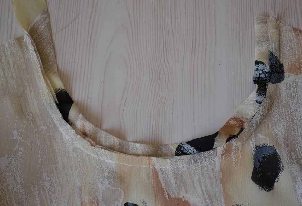 Обработка горловины и проймы платья косой бейкой, шаг 11