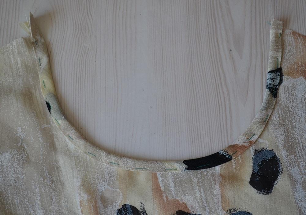 Обработка горловины и проймы платья косой бейкой, шаг 16