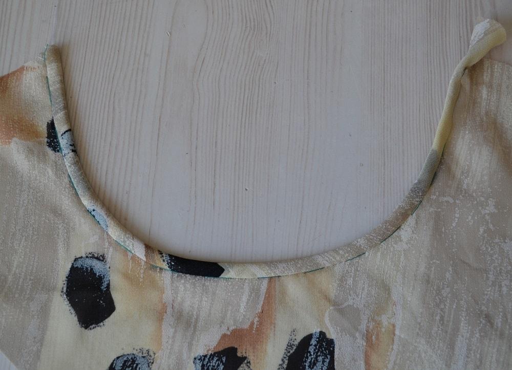 Обработка горловины и проймы платья косой бейкой, шаг 17