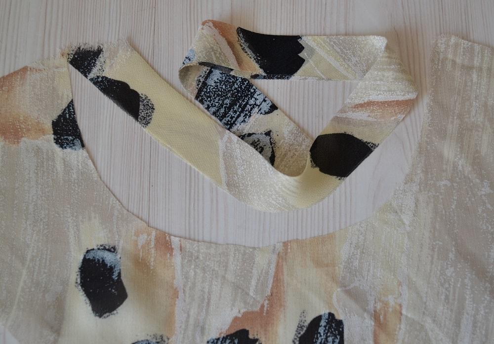 Обработка горловины и проймы платья косой бейкой, шаг 7