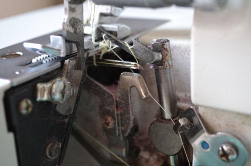 Заправка ниток в петлители оверлока