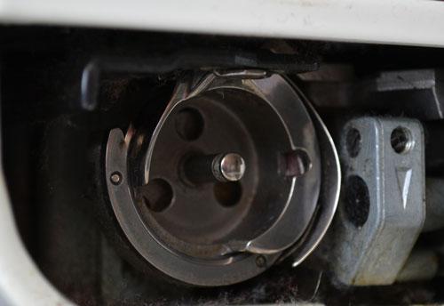 Челнок двойного облегания современной швейной машины