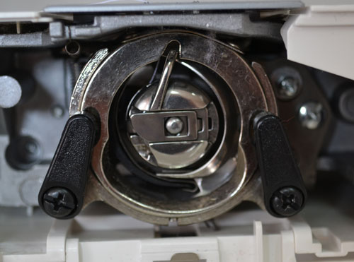 Качающийся челнок современной швейной машины
