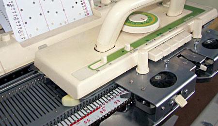 Как устроена и работает вязальная машина